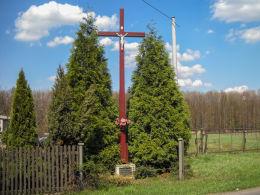 Krzyż przydrożny, drewniany z 1948 roku. Ufundował przez Wilhelma Malczyka w podzięce za szczęśliwy powrót z I wojny światowej pięciu braci Malczyków. Czerwionka Leszczyny, Dębieńsko, powiat rybnicki.