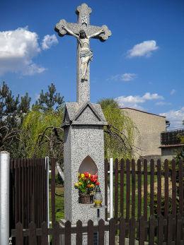 Krzyż przydrożny, kamienny Męki Pańskiej z 1933 r. Fundator i budowniczy Piotr Izydorczyk. Czerwionka Leszczyny, Dębieńsko, powiat rybnicki.