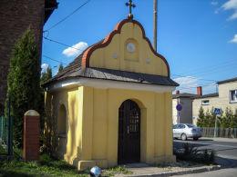 Przydrożna późnobarokowa kapliczka domkowa pw. św. Jana Nepomucena zbudowana w pierwszej połowie XIX wieku. Leszczyny, gmina Czerwionka Leszczyny, powiat rybnicki.
