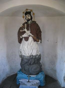 Figura św. Jana Nepomucen w przydrożnej kaplicze domkowej z pierwszej połowy XIX wieku. Leszczyny, gmina Czerwionka Leszczyny, powiat rybnicki.