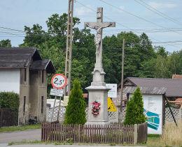 Krzyż przydrożny przy ulicy Wiejskiej. Brynek, gmina Tworóg, powiat tarnogórski.