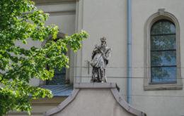 Figura św. Jana Nepomucena na ogrodzeniu kościoła Przemienienia Pańskiego. Ogrodzieniec, powiat zawierciański.