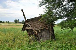 Pozostałośi przydrożnej kapliczki św. Jana Chrzciciela. Wygiełzów, gmina Irządze, powiat zawierciański.