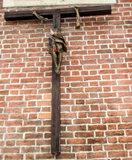 Krzyż,zbeszczeszczony w Wigilię Bożego Narodzenia 2010 roku. Wandale spiłowali zabytkowy krzyż, a figurę Jezusa oblali farbą. Żory, Żory.