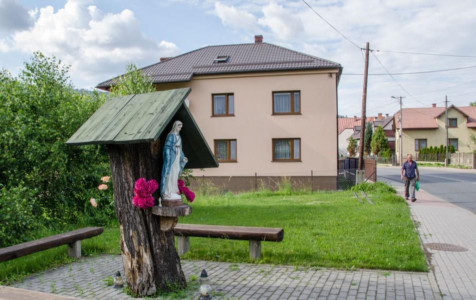 Przydrożna kapliczka na drzewie. Cisiec, gmina Węgierska Górka, powiat żywiecki.