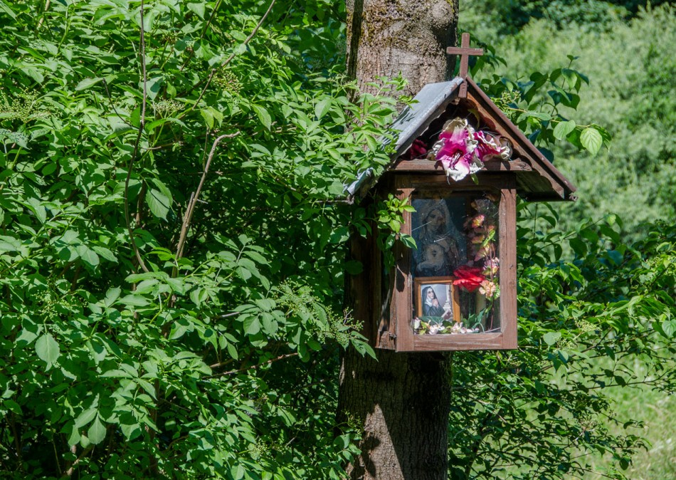 Przydrożna kapliczka na drzewie. Węgierska Górka, powiat żywiecki.