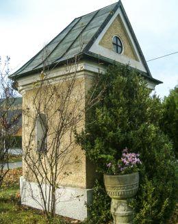 Przydrożna kapliczka domkowa św. Jana Nepomucena. Międzybrodzie Bialskie, gmina Czernichów, powiat żywiecki.