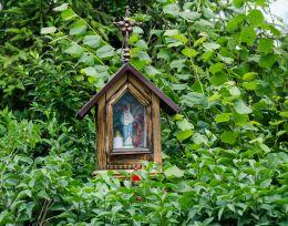 Przydrożna kapliczka drewniana na słupku. Cięcina, gmina Węgierska Górka, powiat żywiecki.
