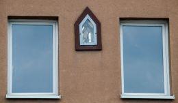 Kapliczka na budynku. Cięcina, gmina Węgierska Górka, powiat żywiecki.