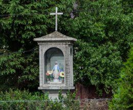Kamienna kapliczka słupowa  z wnęką. Cisiec, gmina Węgierska Górka, powiat żywiecki.