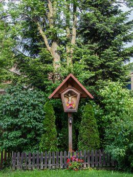 Przydrożna kapliczka drewniana na słupku. Cisiec, gmina Węgierska Górka, powiat żywiecki.