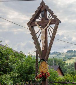 Przydrożny krzyż drewniany. Cisiec, gmina Węgierska Górka, powiat żywiecki.
