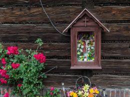 Kapliczka drewniana na budynku. Cisiec, gmina Węgierska Górka, powiat żywiecki.