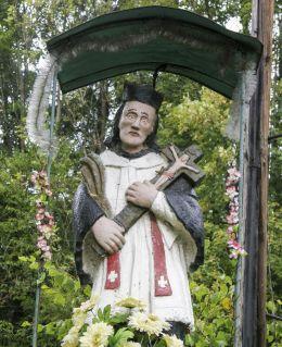 Przydrożna kapliczka z figurą św. Jana Nepomucena. Kamesznica, gmina Milówka, powiat żywiecki.