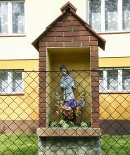 Przydrożna drewniana kapliczka z figurą św. Jana Nepomucena. Przyborów, gmina Jeleśnia, powiat żywiecki.
