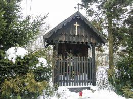 Przydrożna drewniana domkowa kapliczka z figurą św. Jana Nepomucena. Radziechowy-Wieprz, powiat żywiecki.