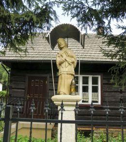 Przydrożna kapliczka z figurą św. Jana Nepomucena. Ślemień, powiat żywiecki.