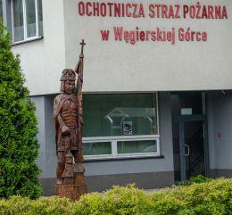 Święty Florian obok remizy strażackiej w Węgierskiej Górce Węgierska Górka, powiat żywiecki.