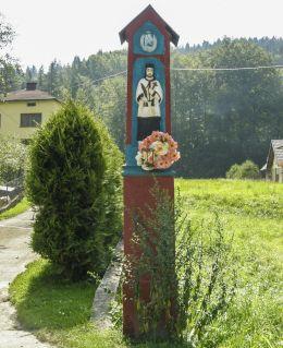 Przydrożna drewniana kapliczka z figurą św. Jana Nepomucena. Żabnica, gmina Węgierska Górka, powiat żywiecki.