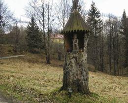 Kapliczka przydrożna z figurą Chrystusa Frasobliwego. Zwardoń, gmina Rajcza, powiat żywiecki.