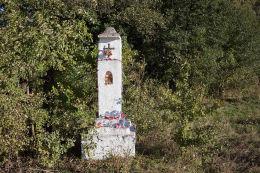 Kapliczka przydrożna, kamienna słupowa z wnęką. Piotrowiec, gmina Łopuszno, powiat kielecki.