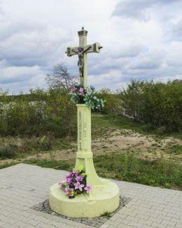 Przydrożna kapliczka z 1895 r. ufundowana przez górników Sielpi. Jezioro Sielpińskie, powiat konecki.