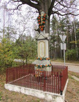Krzyż przydrożny z 1912 r. Pamiątka od mieszkańców Staej Kuźnicy. Stara Kuźnica, gmina Końskie, powiat konecki.