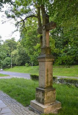 Przydrożny krzyż kamienny z 1882 r. stojący przy ulicy Mickiewicza. Sandomierz, powiat sandomierski.