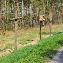 Przydrożna drewniana kapliczka skrzynkowa na słupku. Starachowice, powiat starachowicki.