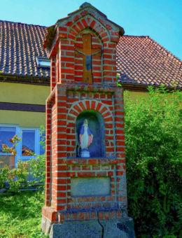 Przydrożna kapliczka murowana. Błudowo, gmina Młynary, powiat elbląski.