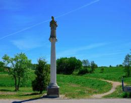 Kapliczka kolumnowa z figurA św. Jana Nepomucena z 2007 roku. Krosno, gmina Orneta, powiat lidzbarski.