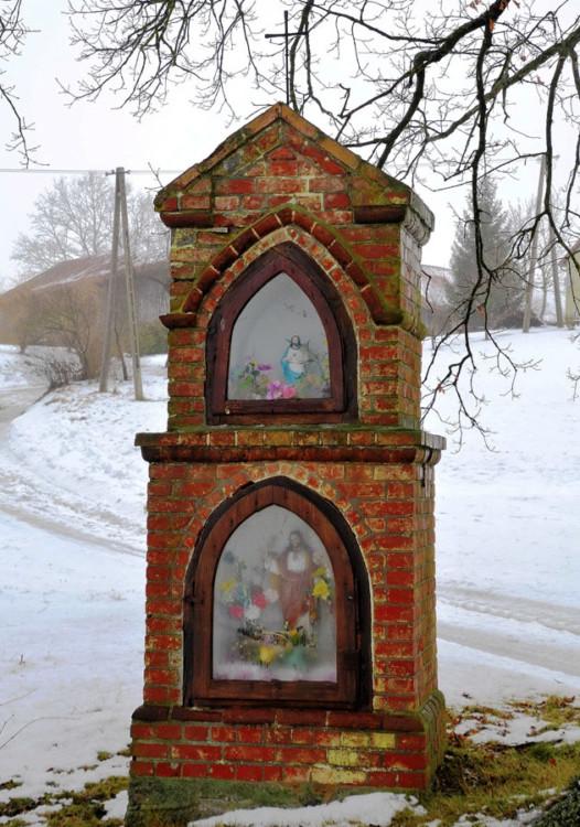 Przydrożna kapliczka przy drodze na Czerwonkę. Wilimy, gmina Biskupiec, powiat olsztyński.