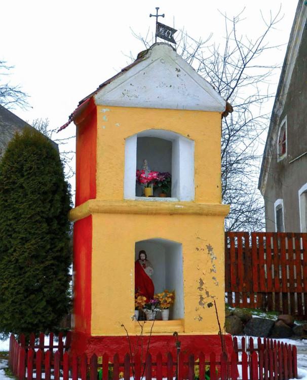 Przydrożna kapliczka murowana. Wilimy, gmina Biskupiec, powiat olsztyński.