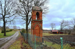 Przydrożna neogotycka kapliczka z przełomu XIX i XX wieku. Knopin, gmina Dobre Miasto, powiat olsztyński.