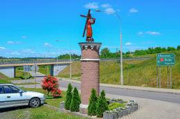 Kapliczka z 1709 r. Figura Chrystusa Króla pochodzi z 2012 roku. Barczewo, powiat olsztyński.