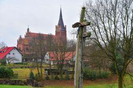 Przydrożny krzyż drewniany. Brąswałd, gmina Dywity, powiat olsztyński.