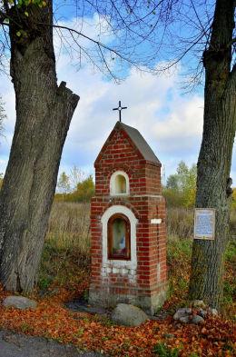 Kapliczka przydrożna. Bukwałd, gmina Diwity, powiat olsztyński.