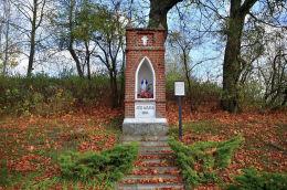 Neogotycka kapliczka Maryjna wybudowana w 1894 r. przez rodzinę Bogdańskich. Bukwałd, gmina Diwity, powiat olsztyński.