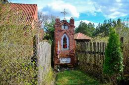 Kapliczka przydrożna z przełomu XIX i XX wieku. Kopanki, gmina Purda, powiat olsztyński.