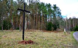 Przydrożny krzyż drewniany. Małe Pluski, gmina Stawiguda, powiat olsztyński.