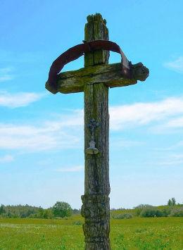 Przydrożny krzyż drewniany. Stare Włóki, Gmina Barczewo, powiat olsztyński.