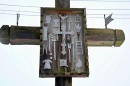 Przydrożny krzyż Arma Christi (narzędzia męki Chrystusa) z 1932r. Wilimy, gmina Biskupiec, powiat olsztyński.
