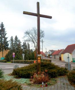 Krzyż przy kościele św. Wojciecha. Margonin, powiat chodzieski.