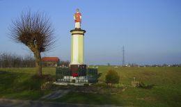 Przydrożna kapliczka słupowa z kamienną figurą świętego Wawrzyńca. Dębe, gmina Lubasz, czarnkowsko-trzcianecki.