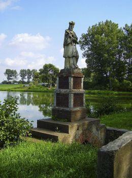Przydrożna statua św.Jana Nepomucena stojąca nad brzegiem stawu przy drodze w kierunku Lubasza (przed renowacją). Sławno, gmina Lubasz, czarnkowsko-trzcianecki.