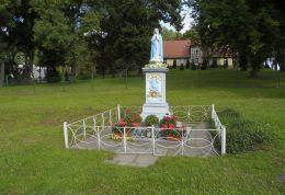 Przydrożna kapliczka, figura Maryi. Brzeźno, gmina Czarnków, czarnkowsko-trzcianecki.