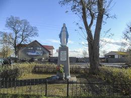 Przydrożna kapliczka Matki Boskiej z 1946 r. Huta Szklana, gmina Krzyż Wielkopolski, czarnkowsko-trzcianecki.