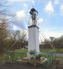 Przydrożna kapliczka słupowa z figurą św. Wawrzyńca. Krucz, gmina Lubasz, czarnkowsko-trzcianecki.