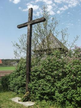 Krzyż drewniany przy kościele Narodzenia Najświętszej Marii Panny. Nowe Dwory, gm. Wieleń, czarnkowsko-trzcianecki.