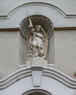 Figura św. Michała Archanioła we wnęce nad wejściem do kościoła parafialnego. Połajewo, czarnkowsko-trzcianecki.